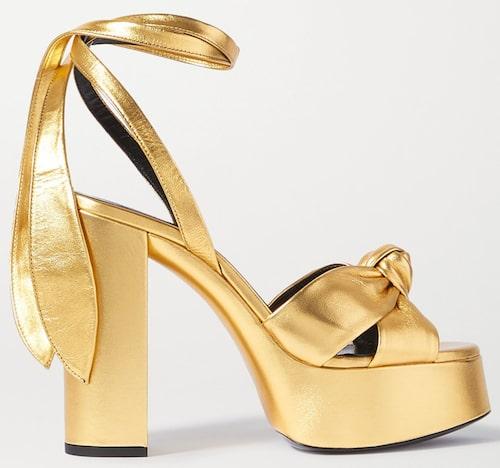 Sandaletter av skinnlamé från Saint Laurent. Klicka på bilden och kom direkt till produkten,