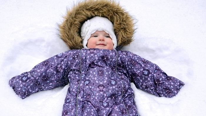 Med lager på lager under overallen går det alldeles utmärkt att tumla runt i snön!