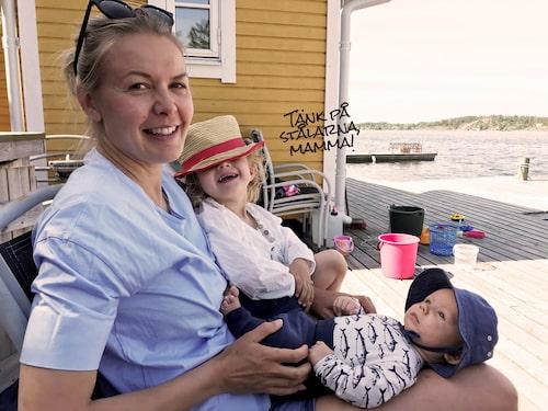 Maja med dottern Elsa, 3, och sonen Ture, 3 månader.