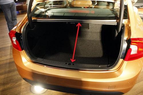 Bakluckans öppning är bredare än gamla S60, men önskvärt vore det med bättre längd på den ledd pilen på bilden visar.