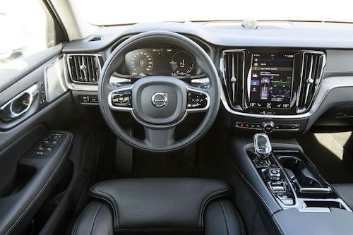 Volvos förarmiljö är fortfarande väldesignad, men saknar praktiska detaljer.