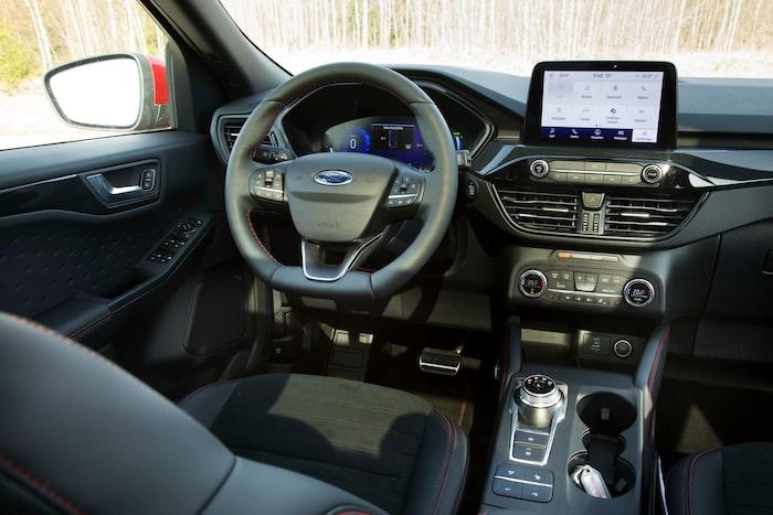 Med ST-Line-utrustning blir förarmiljön helt digital i nya Kuga. Fasta reglage för stereo och klimat.