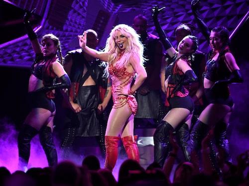 2016: Britney vinner priset Billboard millennium award. Hennes nionde studioalbum Glory lanseras.
