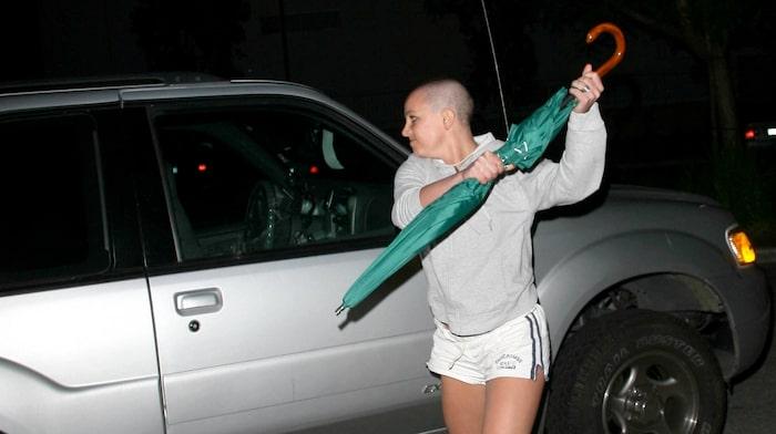 Efter att desperat försökt få träffa sina barn vandaliserar hon en tom bil med ett paraply.