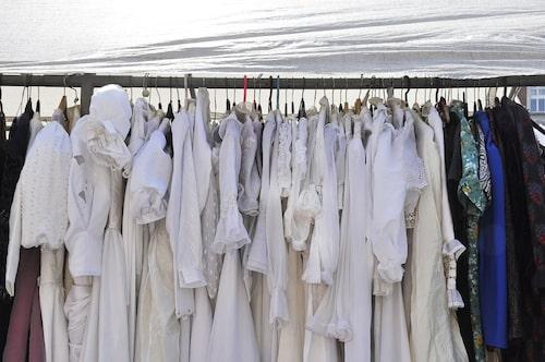 Fynda begagnade brudklänningar på loppis.