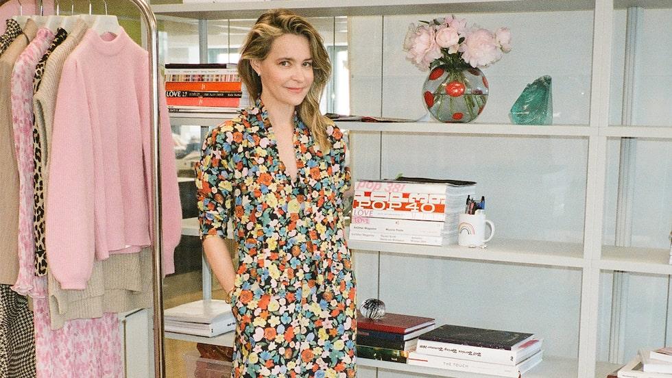 Ditte Reffstrup designer för Ganni. Ditte bär blommig klänning av bomull, 2695 kr, Ganni.