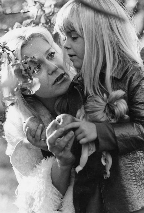 4-åriga Pernilla Wahlgren skådespelar med mamma Christina Schollin.