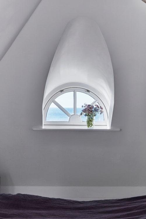 Litet fönster med stor utsikt. Under takbjälkarna slumrar man sött i lakan från Society.