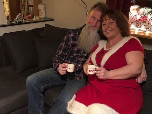 Hasse och Jessica slår in hundratals paket inför den stora julaftonen.
