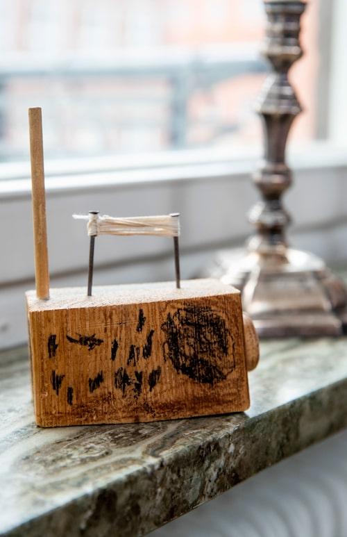 """På hedersplats i vardagsrumsfönstret. """"Den är så underbar! Min äldste son hade en period med sin dagmamma när han gjorde väldigt mycket tekniska grejer fast i trä. Han tillverkade mobiltelefoner och radioapparater och bergsprängare."""""""