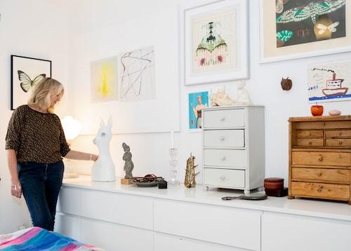 """""""Jag älskar det här pelarbordet, men det är ett exempel på vad som kanske inte funkar i en 60-talslägenhet."""" Tavlorna är collage av författaren och illustratören Inger Edelfeldt och heter Den galna kvinnan på vinden och Flickan med för mycket fantasi. """"De är både söta och läskiga. Jag älskade hennes böcker och därför tycker jag det är så fantastiskt att ha henne på väggen."""""""