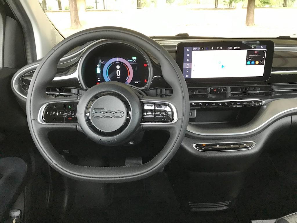 En 10,25-tumspekskärm är väl mer eller mindre standard i bilvärlden. Men notera de stilrena knapparna till växellådan under skärmen.
