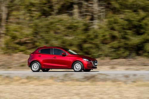 Mazda 2 får hjälp av ett 24V batteri kopplat till en startgenerator som ger en extra skjuts motsvarande 5,3 kW. Det ska spara på motorn och sänka förbrukningen.