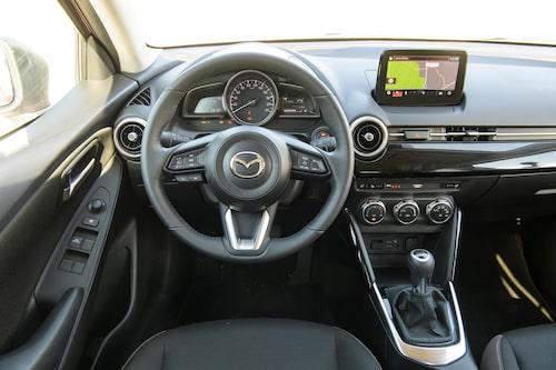 Interiören är typisk för Mazda, det finns en del knappar och reglage att hålla reda på. Lättarbetat.