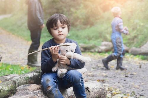 Det är viktigt att det finns tillräckligt många kompetenta vuxna kring barnen. Det får inte vara så att vissa barn ständigt lär sig att bli uteslutna, säger Eva Johansson, professor i pedagogik.