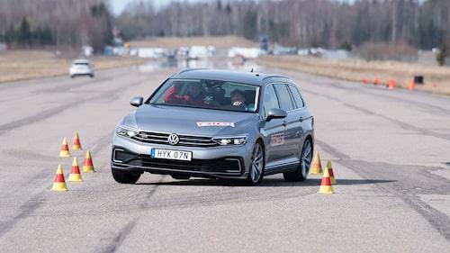 Volkswagen Passat Sportscombi GTE sladdar lika vilt som Superb. Krävs en rejäl förarinsats för att klara 70 km/h. Missa inte filmen nedan.