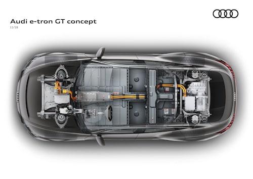 Två elmotorer, en fram och en bak, och batteri i mitten.