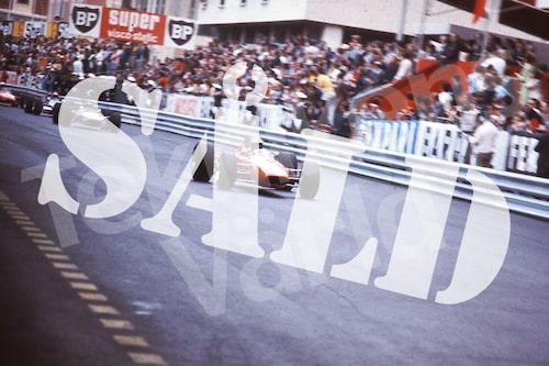Bild 26. Ögonblicksbild. Reine leder Formel 3-loppet i Monaco 1969 före Ronnie Peterson på start och målrakan. Mått 70 x 50 cm. Pris: 350 kr.