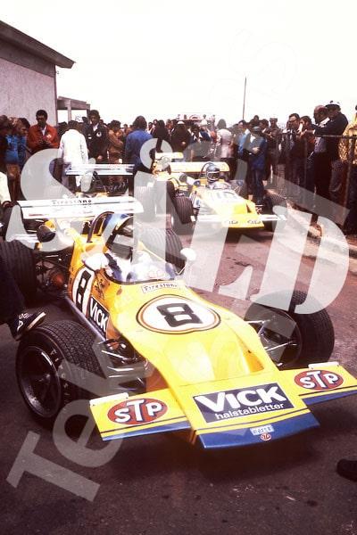 Bild 15. Brasilien hösten 1971. Marchs Formel 2-bilar rullar fram. Ronnie tar täten och i bil nummer 10 sitter Mike Beuttler. Mått 50 x 70 cm. Pris: 350 kr.