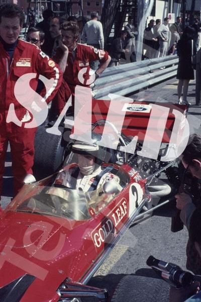 """Bild 9. Jochen Rindt och Lotus förlitade sig på """"gamla"""" modell 49 i Monaco 1970. Bilden med honom på ställ i kasinokurvan har Reine inte fångat med kameran men har den kvar i huvudet. Mått 35 x 50 cm. Pris: 150 kr."""