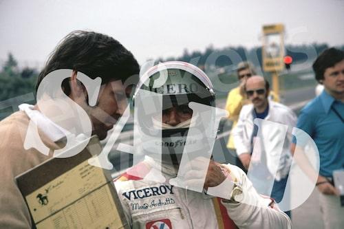 """Bild 20. Reine träffade Mario Andretti första gången 1969. """"Han körde skjortan av alla i Formel B, jänkarnas svar på Formel 2. När jag hälsade på honom 1985 hade han en affisch på mig i sitt garage."""" Mått 50 x 35 cm. Pris: 80 kr."""