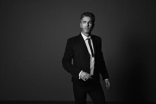 Peter bär kavaj från Dior, skjorta från Hugo Boss, örhänge från Maria Nilsdotter och ring från Tom Wood. Flugan är vintage.