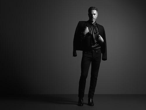 Peter är klädd i kavaj från Dior, skjorta och boots från Saint Laurent, byxor från Blk Dnm och örhänge från Maria Nilsdotter.