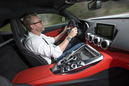 Endast tvåsitsig – som en äkta GT-bil –med bred mittkonsol som delar av kupén.