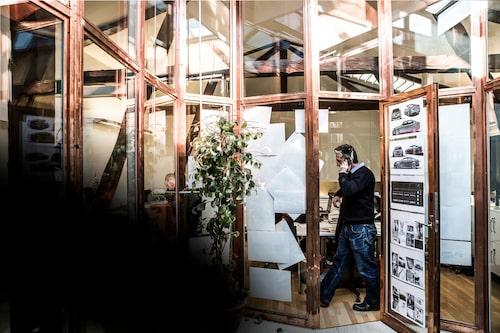 Bild hämtad från Yovinns webbsida, där designskisserna syns upphängda på dörren.