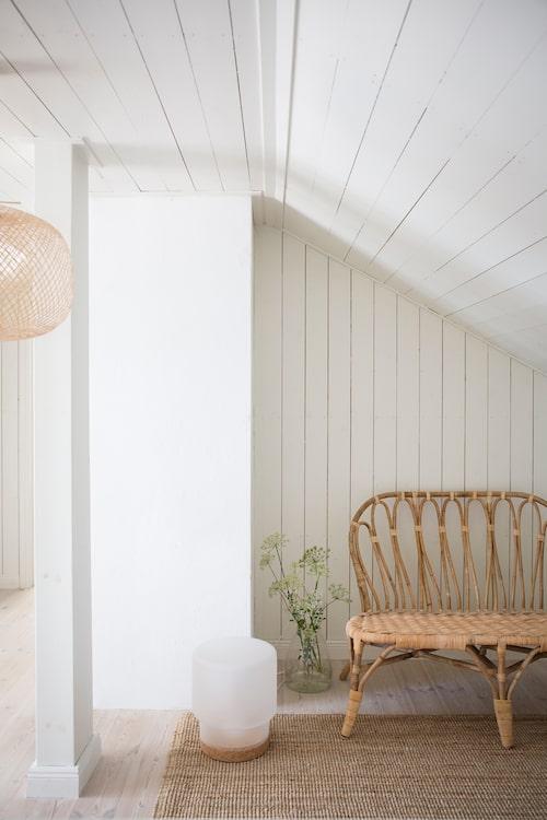 Huset är inrett med lätta möbler som enkelt kan flyttas runt och ut på altanen vid behov.