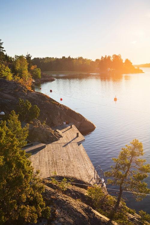 Skön kvällssol över soldäcket nere vid vattnet.