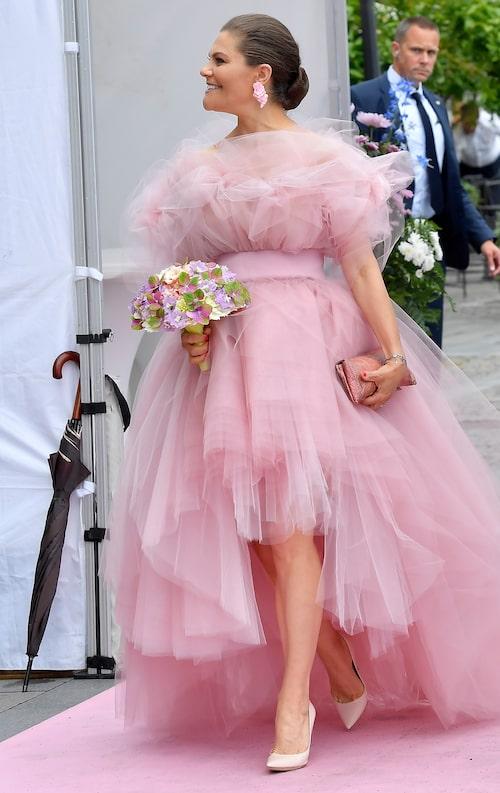 Kronprinsessan bar en rosa tylldröm från designern Salem Fessahaye. Till det ett par ljusrosa pumps och rosa örhängen. Snyggt!