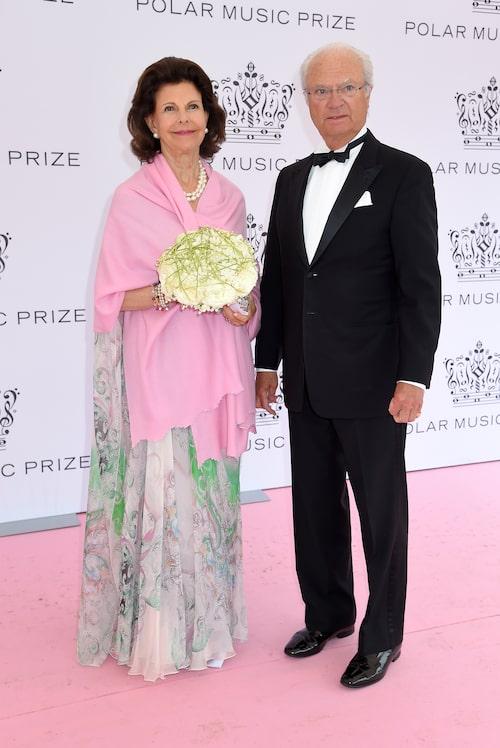 Drottning Silvia och Kung Carl XVI Gustaf på Polarpriset 2019. Drottningen bar en vacker mönstrad långklänning i pastelltoner.