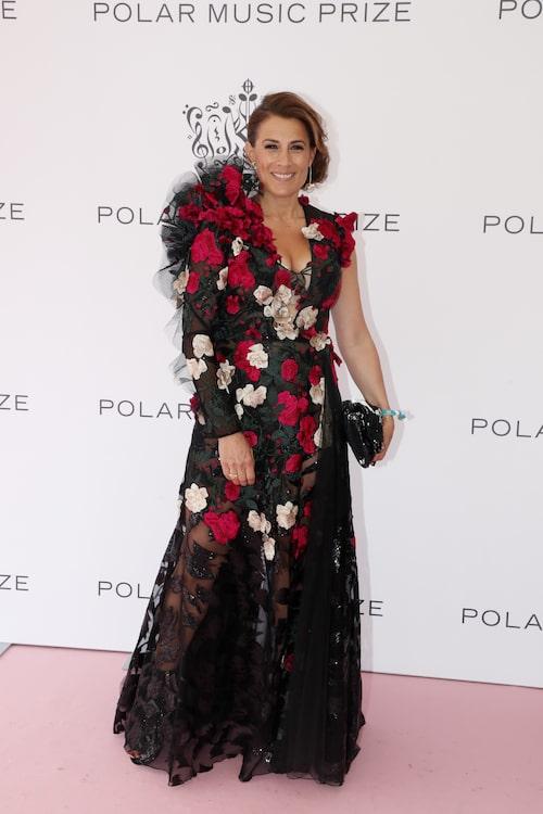 Jill Johnson på Polarpriset 2019. Jill bar en dramatisk svart långklänning broderad med röda och vita blommor, samt spetsdetaljer.