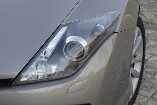 Strålkastarna har xenonljus som standard, kurvljus är tillval. Bakljusen består av en lång, smal LED-ljuslinje.