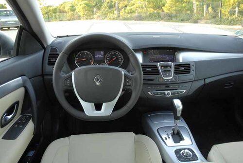 Instrumentpanelen känns igen från övriga Laguna-modeller. Bra kvalitetskänsla och ergonomi. Renault har som så många andra tillverkare satsat på ett skräddarsytt ljudsystem. Notera att ratten är tillplattad nedtill.
