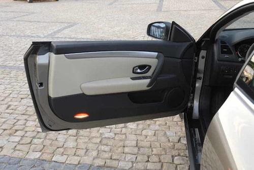 Indirekt interiörbelysning är ett måste i en lyxbil 2008. Belysta dörrsidor skänker kupén en lyxig känsla i Laguna Coupé.