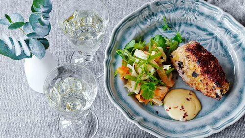 Recept på Panko- och noripanerad skrei med sojamajonnäs och marinerade grönsaker.