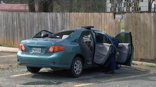 18-åriga rymligen landade med pickupen på taket på en Toyota Corolla. Kvinnan i bilen klarade sig otroligt nog utan en skråma. (Foto:KSLA News 12)