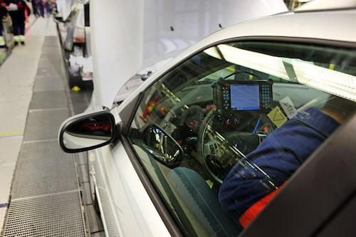 End of line-programmering utförs. Kontroll av de olika elektroniksystemen i bilen.