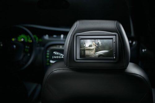 Bildskärmar bak i nackstöden för de som väljer till Jaguars multimediapaket.