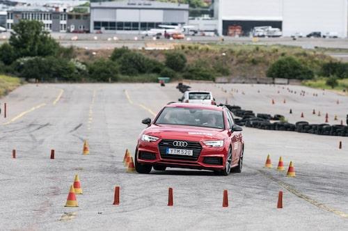 A4 ger stor precision i körningen genom sin fina styrning. Här testad med 19-tums lågprofildäck som ger massor av grepp. 76 km/h är med god marginal godkänt.