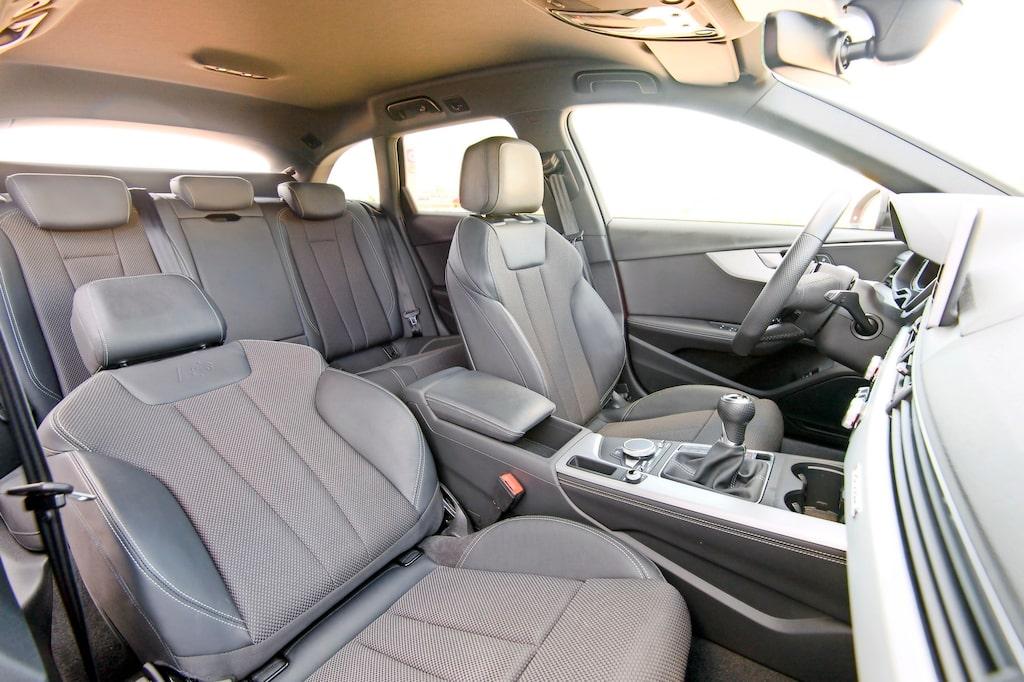 Hyfsat utrymme, men framför allt bra komfort och sköna stolar. Här med justerbar dynlängd.