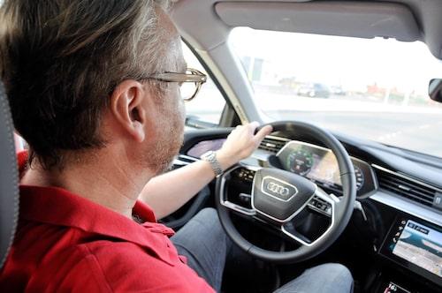 Accelerationen är sugande, men Audi har valt att ge e-tron mildare effektutsöndring än exempelvis Tesla.