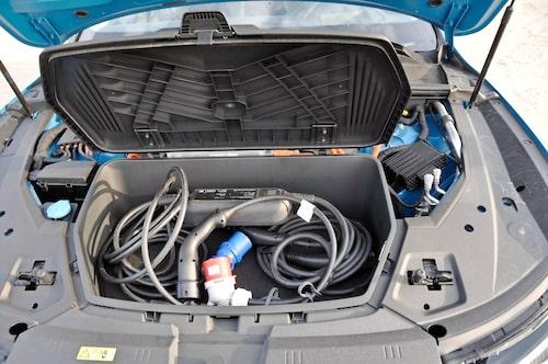 Här är kablarna som behövs för att tanka upp bilen med massor av kilowatt. 95 kWh för att vara exakt.