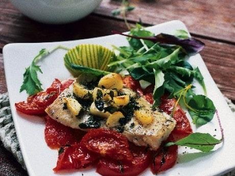 Vitlöksbakad fisk på tomatbädd