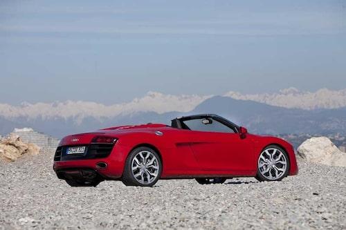 På bilder kan R8 se lite framtung ut, överbettet är lika tydligt som på en Audi A6. Ett slags missriktat märkes-DNA.