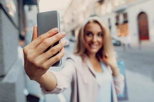En vanlig hederlig selfie går hem hos singlarna.