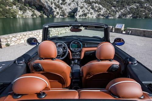 Trivsam interiör med en bra blandning av BMW:s beprövade teknik med det uppdaterade infotainmentsystemet, och med en gnutta lekfullhet från Mini som låter en individualisera bilen.