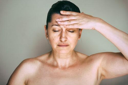 Harmoni eller kaos i kroppen? Många kvinnor lider av PMS, oro, vallningar och oönskad skäggväxt i tystnad.